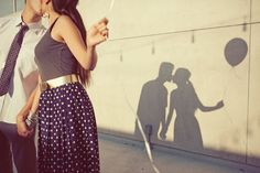 Cute couple / engagement picture | Kiss | Shadow | Balloons | Outside, spring / summer session | Couples / engagements photography | Picture idea