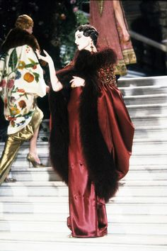 Ahead of Paris Fashion Week Haute Couture Spring we take a look back at unforgettable moments in haute couture fashion history starting with John Galliano's extravagant Christian Dior Spring 1998 couture show. Christian Dior Couture, Dior Haute Couture, Juicy Couture, John Galliano, Galliano Dior, Dior Fashion, Couture Fashion, Fashion Show, Fashion Design