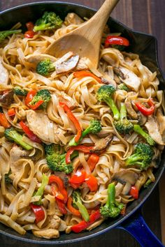 **add brown sugar to sauce** A quick and easy stir fry recipe thats done 30 min! It's perfect for busy weeknights and healthier than takeout! Watch the easy stir fry video recipe. Chicken Stir Fry With Noodles, Easy Chicken Stir Fry, Easy Stir Fry, Stir Fry Noodles, Chicken Noodle Recipes, Rice Noodles, Skillet Chicken, Chicken Rice, Stir Fry Recipes
