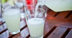 Házi gyömbérsör recept -  Hozzávalók L-re:      120 g gyömbér (friss, hámozott)     0.25 teáskanál élesztő (instant)     200 g kristálycukor     15 ml citromlé     1 apró csipet só - tengeri     1.75 L víz