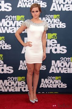 Emma Watson posando en la alfombra roja MTV Movie Awards 2011