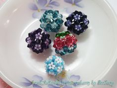 Links to an excellent photo tutorial for these great beads!-- Free Pattern: Beaded Bead and Flower | Rahymah Handworks