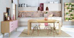 Linda essa cozinha e sala de jantar conjugadas em madeira clara com alguns pontos de cor pastel. Adoramos a hortinha vertical!