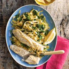 Tagliatelle met pangasiusfilet en spinazie. Halveer de pangasiusfilets in de lengte en leg ze op de bakplaat. Bestrijk de vis met de mayonaise en laat 10 min...
