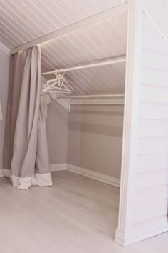 Schrägen schmeicheln mir jetzt noch viel mehr :) (Diy Curtains) Attic Renovation, Attic Remodel, Attic Storage, Attic Bathroom, Bungalow, Home Improvement, Home Improvement Projects, Home Improvements, Bungalows