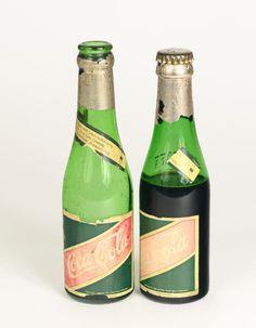 [Coke Bottle 82] 초록색 병에 금색 은박까지? 우리가 생각했던 코카-콜라 병과 많이 다르죠? 이 코카-콜라 병은 1920년 유럽시장에 수출용이라고 해요! 마치 샴페인처럼 생겼죠?