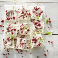 Panna cotta met frambozencrumble, witte chocolade en munt Panna Cotta, Ice Cream, Cheese, Desserts, Food, No Churn Ice Cream, Dulce De Leche, Gelato, Deserts