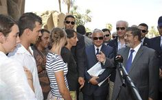Egypt's President Mohamed Mursi talks tourists in Luxor city, about 650km south of Cairo, August 3, 2012. REUTERS/Egyptian Presidency/Handout (EGYPT - Tags: POLITICS) THIS IMAGE HAS BEEN SUPPLIED BY A THIRD PARTY. IT IS DISTRIBUTED, EXACTLY AS RECEIVED BY REUTERS, AS A SERVICE TO CLIENTS. FOR EDIT