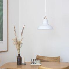 Unsere Relight Newton #Leuchte mit einem Reflektor (Ø 28cm) aus emailliertem Stahlblech in Weiß. Für alle, die Qualität und Langlebigkeit zu schätzen wissen.⠀ ⠀ Mehr Farben und Varienten auf www.lightstock.de⠀ ⠀ #lampenschirme #leuchtendesign #pendellampe #lampenfieber #lampendesign #lampenundlicht #lampe #lampeindustrielle #leuchtenbau #lampevintage #lampenliebe #pendellampen #leuchten #lampenmittwoch #pendelleuchte #pendelleuchten #industriestyle #architecturelighting #ladenbau… Reflektor, Vintage Stil, Ceiling Lights, Lighting, Restaurants, Home Decor, Instagram, Industrial Light Fixtures, Industrial Design