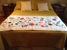 Pie de cama bordado a mano, Las Adelas. Embroidery Needles, Crewel Embroidery, Paint, Beds, Dressmaking, Flowers, Picture Walls, Paintings, Drawing