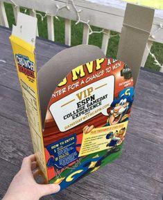 Crea tumbas con cajas de cereal. Lo único que tienes que hacer es curvear ambos lados de la caja y unir con las tiras sobrantes de los lados. Cubre con cinta adhesiva y decora a tu gusto.