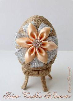 Привет всем жителям Страны Мастеров!!! Сотворилось у меня немного работ к пасхе. Украсила шпагатовые  яйца цветочками из атласных лент фото 1