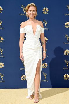 Scarlett Johansson Off-the-shoulder V-cut White Sequin Thigh-high Slit Prom Gown Emmys 2018 Red Carpet Fashion Scarlett Johansson, Celebrity Dresses, Celebrity Style, Charlize Theron, Red Carpet Looks, Red Carpet Dresses, Celebs, Celebrities, Red Carpet Fashion