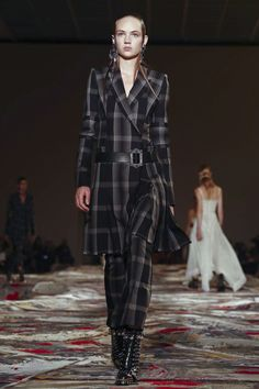 Alexander McQueen Fashion Show Ready to Wear Collection Spring Summer 2017 in Paris