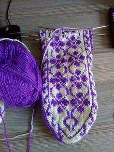 Fair Isle Knitting, Knitting Socks, Knitted Hats, Crochet Slippers, Knit Crochet, Baby Knitting Patterns, Crochet Patterns, Fair Isle Pattern, Eminem