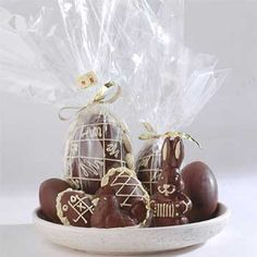 Huevos de pascuas caseros Easter Season, Food Packaging, Happy Easter, Place Card Holders, Sweets, Christmas Ornaments, Holiday Decor, Catering Ideas, Wrapping