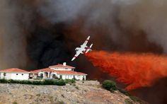 Feuerlöscher:  Ein Löschflugzeug kämpft in den USA gegen die Flammen. Dieser...