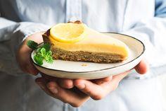 Recept na citrónový koláč odetý v tradičnom francúzskom šate. S chrumkavou kôrkou, ktorú vypĺňa citrónový, jemne kyslastý krém alias lemon curd.