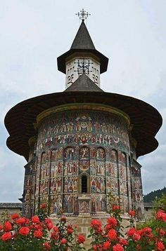 O melhor do Leste Europeu em 10 cidades A church in Suceava, Romania, from Iryna Church Architecture, Religious Architecture, Beautiful Architecture, Beautiful Buildings, Places Around The World, The Places Youll Go, Around The Worlds, Wonderful Places, Beautiful Places
