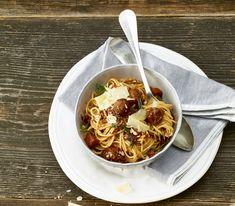 Mit dem Inneren von Schweinsbratwüsten hat man im Nu feine Wurstbällchen gemacht, die man nicht einmal würzen muss – mit Tomatensauce und Spaghetti ein feines schnelles Essen.