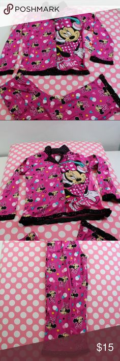Disneys Minnie Mouse Girls Long-Sleeve Pajama #660 Disney's Minnie Mouse Girl's Long-Sleeve Pajama Top & Pants - (4/5)     100% POLYESTER     Minnie mouse print with hearts and music notes.     Have your child sleeping in style.     Very comfortable for kids!!! Disney's Pajamas Pajama Sets