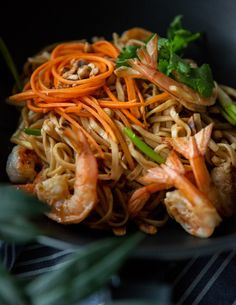 makaron po tajsku z krewetkami i orzechami ziemnymi one more thai Wok, Chili, Ethnic Recipes, Chile, Chilis, Woks