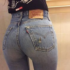 Brand jeans that fit your form perfectly - love forever . Along with sexy jeans, discover beautiful denim jackets and denim skirts. Sexy Jeans, Skinny Jeans, Curvy Jeans, Beste Jeans, Mode Jeans, Looks Style, Girls Jeans, Jeans Women, Look Fashion