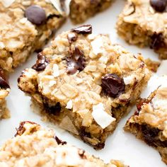 Easy Gluten Free Coconut Chocolate Chip Banana Breakfast Bars (V GF): a quick and easy healthy homemade coconut breakfast bar. Homemade Breakfast Bars, Oatmeal Breakfast Bars, Banana Breakfast, Breakfast Cookies, Breakfast Tray, Chocolate Chip Muffins, Chocolate Chip Oatmeal, Coconut Chocolate, Peppermint Chocolate