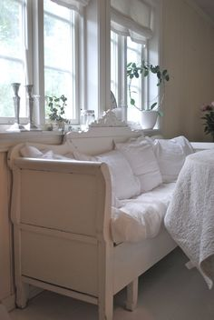 Whitewashed Swedish Bench - T r e f e m t i e n: Venter i spenning