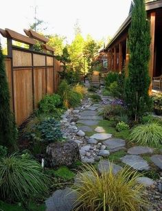 Veel groen, stenen en keien, bamboe: De beste tips voor een groene, natuurlijke tuin!
