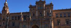 El edificio central en la Placa de España en Seville demuestra muchas carácteristicas del modernismo, pero esto foto enfoca en los ladrillos rojos y la estructura que parece como devolver a arquitectura classica de Sevilla. Parece como el edificio es a parte del movimiento similar al renaxeinca, en Sevilla. El estilo vuelve al estilo nacional del pasado con materiales nuevos. Esto es uno de los gran monumentos de Sevilla.