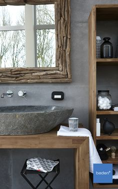 Dit prachtige badkamermeubel is geproduceerd van echt teakhout. In combinatie met de waskom van echt natuursteen creëert u een unieke en stoere uitstraling in uw badkamer.