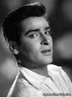 Shammi Kapoor (Hindi: शम्मी कपूर , urdu: شمّی کپُور) fue un actor y director indio del cine de Bollywood. Fue hijo de Prithviraj Kapoor y h.