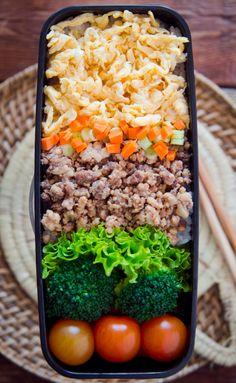 Este miércoles os propongo este delicioso bento con Soboro Don. El soboro don es un plato muy popular en Japón, comúnmente es un plato que se sirve al final de la comida en los restaurantes de yakitori, consiste en carne picada de pollo o ternera especiada y de huevo revuelto todo sobre arroz, el más popular de todos es el soboro de tres colores que lleva la carne el huevo y algo de verdura de color verde, es muy utilizado en la elaboración de bentos. Nuestro bento de hoy es de cinco c...