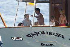 Johnny Depp és Amber Heard február 3-án kötöttek házasságot a Bahamákon található privát kis szigetükön. Az ötvenegy éves színész nem vitte túlzásba az ajándékozást. Átnevezte régi jachtját, és azzal lepte meg új feleségét.    A filmcsillag a luxusjachtot akkori é