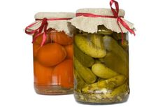 A beginner's guide to preserving fruits/veggies: canning, freezing, etc. So helpful!