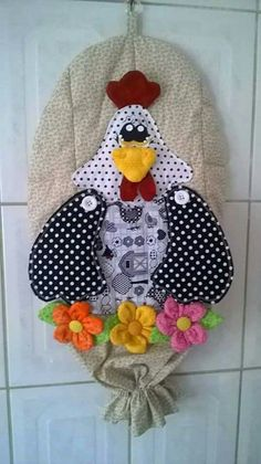 PuchaPuxa sac o galinha Yarn Crafts, Fabric Crafts, Sewing Crafts, Diy And Crafts, Sewing Projects, Projects To Try, Chicken Quilt, Grocery Bag Holder, Plastic Bag Holders