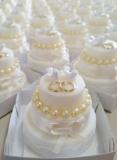 docinhos decorados com pérolas e alianças para bodas de pérola festa Cupcake Tower Wedding, Mini Wedding Cakes, Wedding Cookies, Wedding Desserts, Wedding Cupcakes, Mini Cakes, Wedding Favors, Wedding Bouquets, Cupcake Cakes