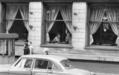 Okna kavárny Slavia (1838) • Praha, září 1962 •   černobílá fotografie, Národní třída, ruch, kavárna Slavie  • black and white photograph, Prague 