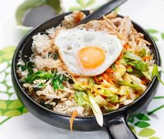 Bibimbap med kimchi och kyckling är en imponerande rätt med inspiration från Korea. Du blandar olika sorters grönsaker med stark sås och lägger ovanpå kokt ris i en djup tallrik eller skål. Toppa med kimchi, grodd- och spenatfräs samt kyckling. Lägg slutligen ett stekt ägg på toppen och avnjut!