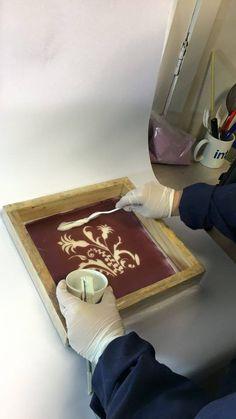 Para comenzar, se aplica el adhesivo de escarcha sobre la tela con la ayuda de un shablón para estampar el diseño.