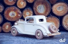 Machete de masini, jucarii si papioane din lemn.