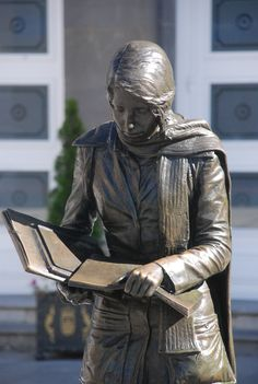 Eternal reader in Oviedo Book Sculpture, Bronze Sculpture, Statues, Forever Book, Art Mural, Public Art, Creative Art, Book Art, Reading