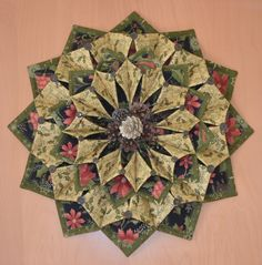 Resultado de imagem para fold n stitch wreath tutorial Christmas Sewing, Christmas Fabric, Christmas Projects, Holiday Crafts, Christmas Wreaths, Christmas Patchwork, Christmas Placemats, Merry Christmas, Quilting Projects