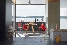 Keeping it simple with classic Plastic Chairs and the Guéridon table.