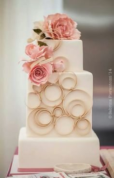 Modern Wedding Cakes Square wedding cakes are a huge trend this year, and many couples gonna rock them instead of round ones. Just have a look at these masterpieces! Elegant Wedding Cakes, Elegant Cakes, Beautiful Wedding Cakes, Gorgeous Cakes, Pretty Cakes, Floral Wedding, Gold Wedding, Purple Wedding, Trendy Wedding
