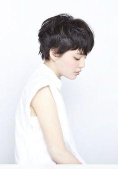 黒髪が印象的なショートヘアスタイル - SHORT