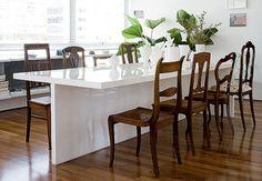 O apartamento da artista plástica Mariana Tassinari é cheio de personalidade. As arquitetas, e amigas, Bruna Albuquerque e Lívia Ribas ajudaram na escolha das cadeiras da sala de jantar, que foram compradas uma a uma em um antiquário  Maíra Acayaba / Casa e Jardim