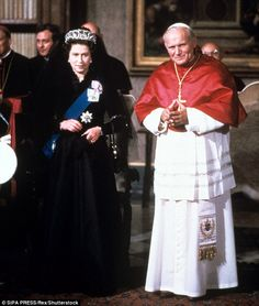 The Queen has made five visits to the Vatican during her life, the first in and for her visit with the late Pope John Paul II the monarch respected the tradition of wearing black Princess Margaret, Princess Diana, Juan Pablo Ii, Elisabeth Ii, Pope John Paul Ii, Queen Pictures, Queen Of England, Religion, Queen Elizabeth Ii