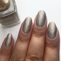 Petite pose pour cette semaine du vernis Kiko, n•399 - Silk Taupe de la collection holographic 💅🏽 #kiko #kikofrance #kikocosmetics #kiko399 #kikosilktaupe #kiko399silktaupe #holographic #holographicpolish #holographique #beige #vernis #nail #nails #natural #naturel #nailpolish #lauriane #lauriane_nails